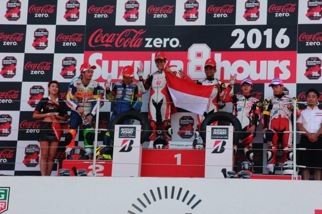 AHRT_3 : Irfan Ardiansyah dan Rheza Danica Ahrens, meraih podium tertinggi kejuaraan balap ketahanan Suzuka 4 Hours Endurance Race. Kendati baru pertama kali mengikuti kejuaraan ini, kedua pebalap binaan AHRT ini mampu mengalahkan 110 pebalap lintas negara lainnya yang mengikuti balapan ini.